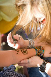 Local Orlando henna artist, Courtney at Beachcombers Bazaar doing henna tattoos.