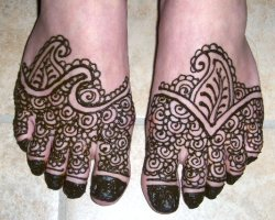 Picture of henna paste still on skin for Indian mehndi design